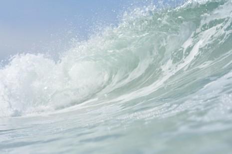 حلم رؤية الموج العالي والهائج للبحر في المنام