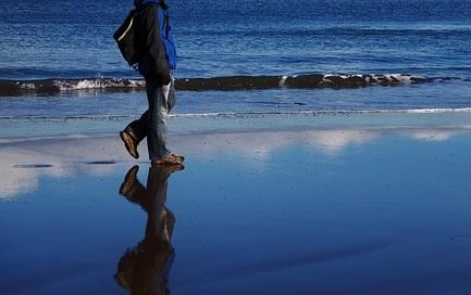 رؤية من يمشي فوق سطح ماء البحر في المنام