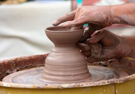 من يمسك الطين والوحل أو يصنع منه شيئا في منامه
