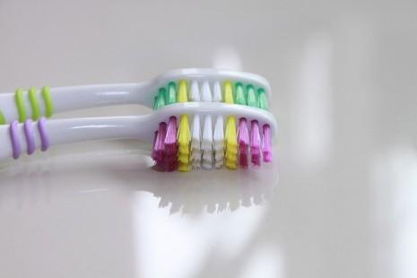 استخدام الفرشاة لتبييض الأسنان