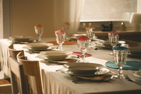 طاولة طعام لمن يرى في منامه العزومة