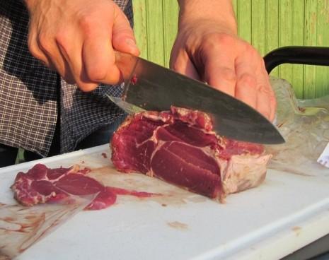 تقطيع اللحم لشرائح أو قطع في المنام