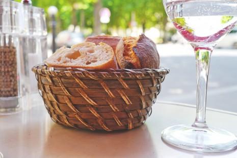 الخبز على مائدة الطعام