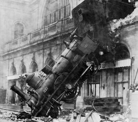 اصطدام وانقلاب القطار أو حادث في الحلم