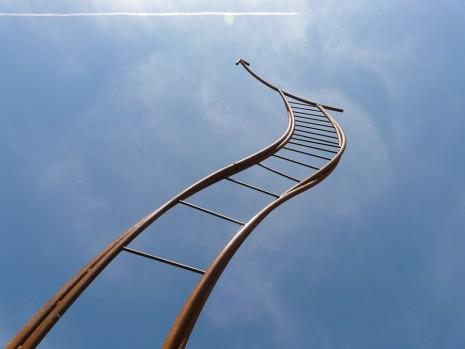 صعود او نزول سلم خشبي أو حديدي في الحلم