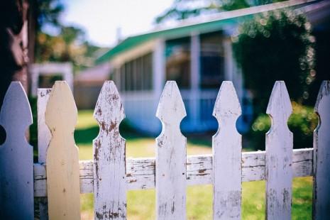رؤية بيت الجار ودخول وطرق بابه في الحلم
