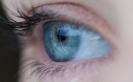 المياه الزرقاء في العين وطرق العلاج