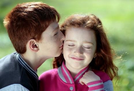 تفسير حلم تقبيل الميت للحي أو قبلة الحي للميت في المنام