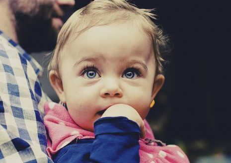 تبني طفلة يتيمة في الحلم