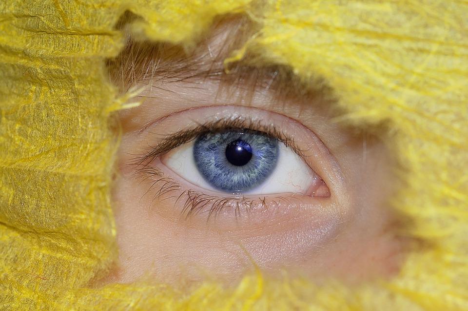تفسير حلم رؤية العيون الزرقاء الجميلة في المنام لابن سيرين