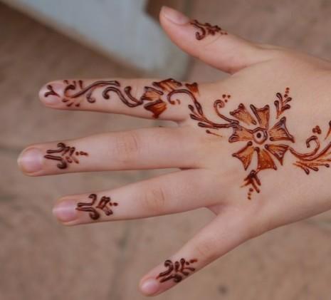تفسير نقش الحناء على اليدين والقدمين في الحلم