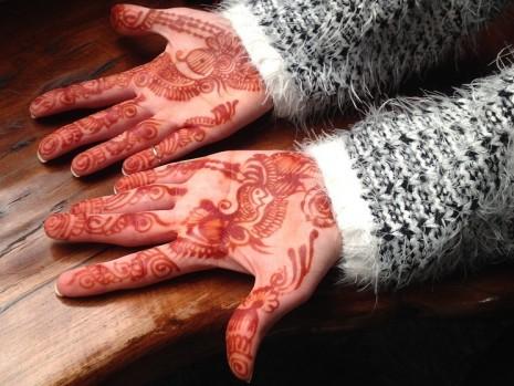 رؤية وضع الحناء على اليدين في الحلم