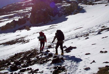 رؤية صعود وتسلق الجبل بمشقة وصعوبة للبنت العزباء في الحلم