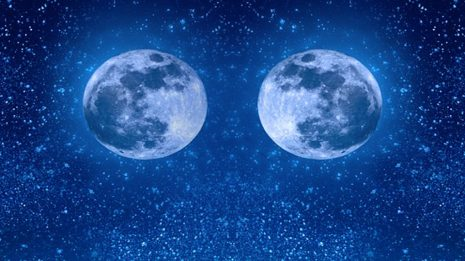 تفسير حلم رؤية قمرين في السماء في المنام