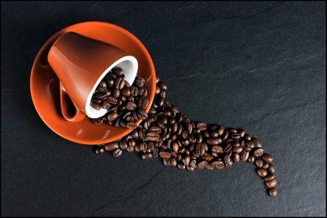سكب القهوة على الأرض وتفسيره في الحلم