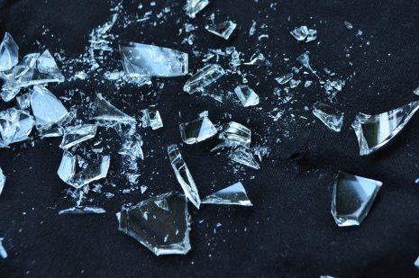 تفسير حلم كسر وتحطيم الزجاج في المنام