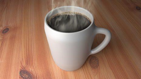 القهوة وسكبها ووقوعها على الأرض في الحلم