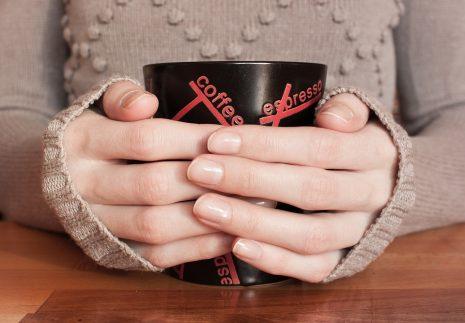 تفسير رؤية القهوة في الحلم للبنت والحامل والمتزوجة