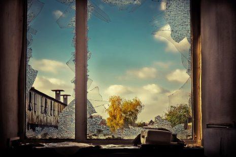 تحطم زجاج النافذة أو السيارة أو المطبخ وتفسيره في المنام