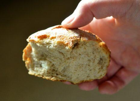 تفسير حلم توزيع الخبز أو إعطاءه الخبز في المنام