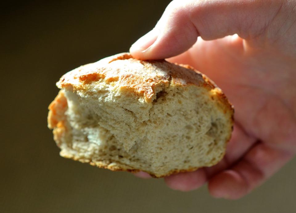 تفسير حلم توزيع الخبز أو إعطاء الخبز في المنام لابن سيرين