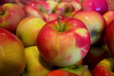 تفسير حلم رؤية فاكهة التفاح في المنام