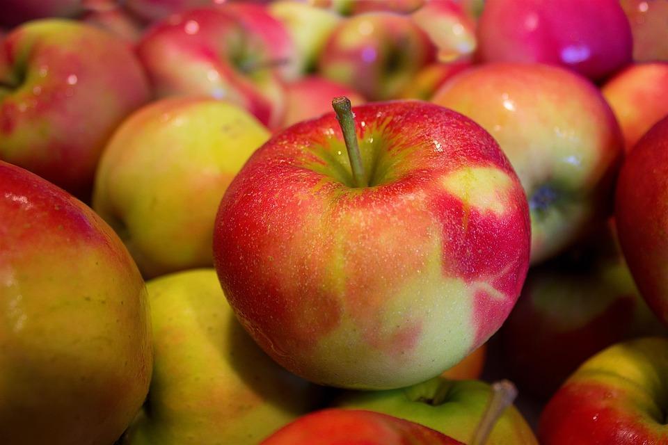 تفسير حلم رؤية التفاح أو أكل فاكهة تفاح في المنام لابن سيرين