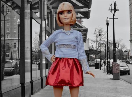 تفسير حلم لبس تنورة قصيرة سوداء او بيضاء او حمراء أو زرقاء في المنام
