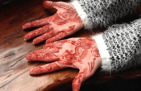 تفسير رؤية نقش الحناء على اليدين في حلم المنام