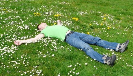 حلم رؤية الاستلقاء على الظهر أو الجنب في المنام