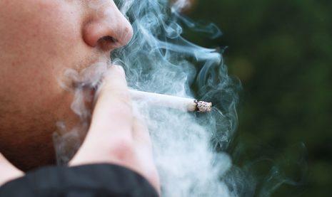 تفسير حلم رؤية التدخين في المنام للبنت والفتاة والحامل والمتزوجة