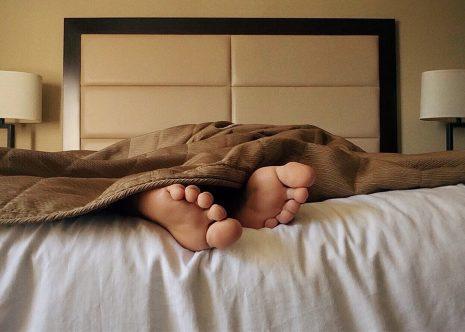 تفسير حلم رؤية شخص نائم في سريري في المنام