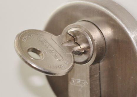 تفسير حلم فتح الباب أو القفل بالمفتاح في المنام