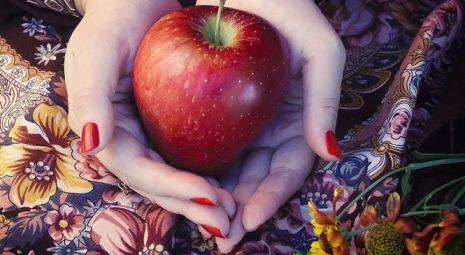 حلم رؤية التفاح الأحمر في المنام