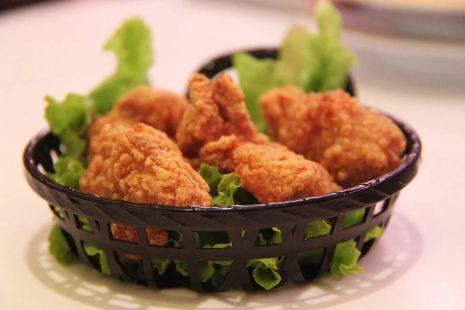 طريقة قلي الدجاج المقرمش أو المسلوق بالزيت والطحين